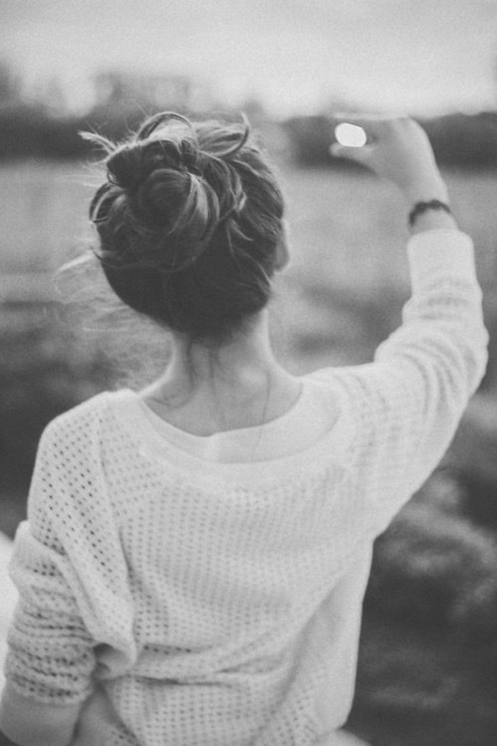 une-idee-coiffure-simple-a-faire-chignon-soire-photo-noir-et-blanc