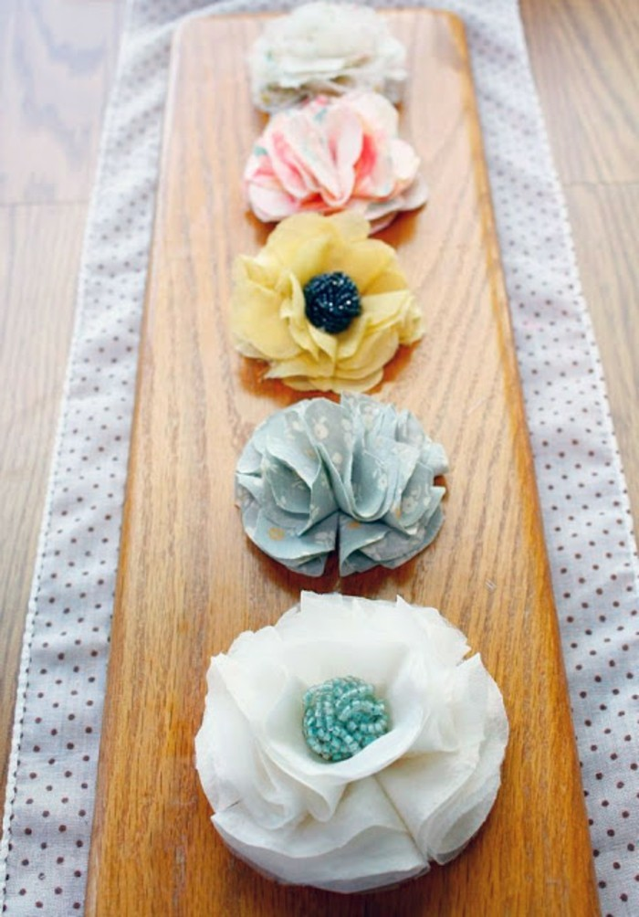 une-piece-decorative-centre-de-table-composé-de-fleurs-en-tissu-idee-comment-faire-une-fleur-en-tissu