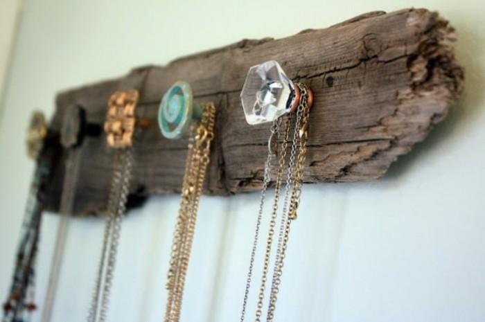 une-piece-en-bois-brut-avec-des-pateres-idee-comment-fabriquer-un-porte-bijoux-facilement