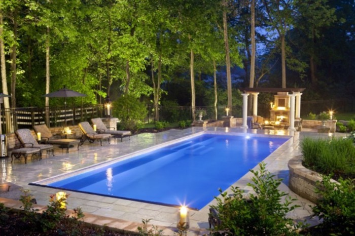 une-piscine-traditionnelle-en-polyester-idee-pour-une-piscine-en-coque