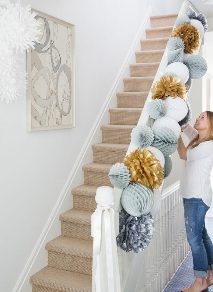 une-superbe-idee-deco-escalier-pour-noel-grosses-fleurs-et-pompons-assembles-comment-faire-des-guirlandes-en-papier