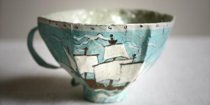 une-tasse-a-café-décoré-de-papier-à-motifs-bord-de-mer-idée-comment-fabriquer-une-décoration-pour-les-ustensiles-de-cuisine-papier-maché-tuto-resized