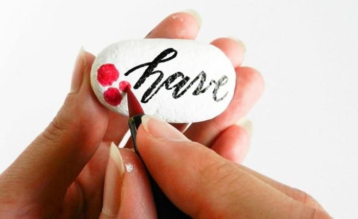 utiliser-un-indélébile-rouge-pour-dessiner-des-roses-sur-la-pierre-idee-dessin-sur-galet