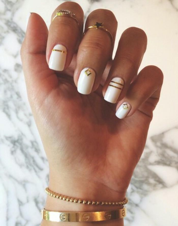 vernis-blanc-orne-en-lignes-dore-effet-cristaux-combiner-avec-ses-bijoux