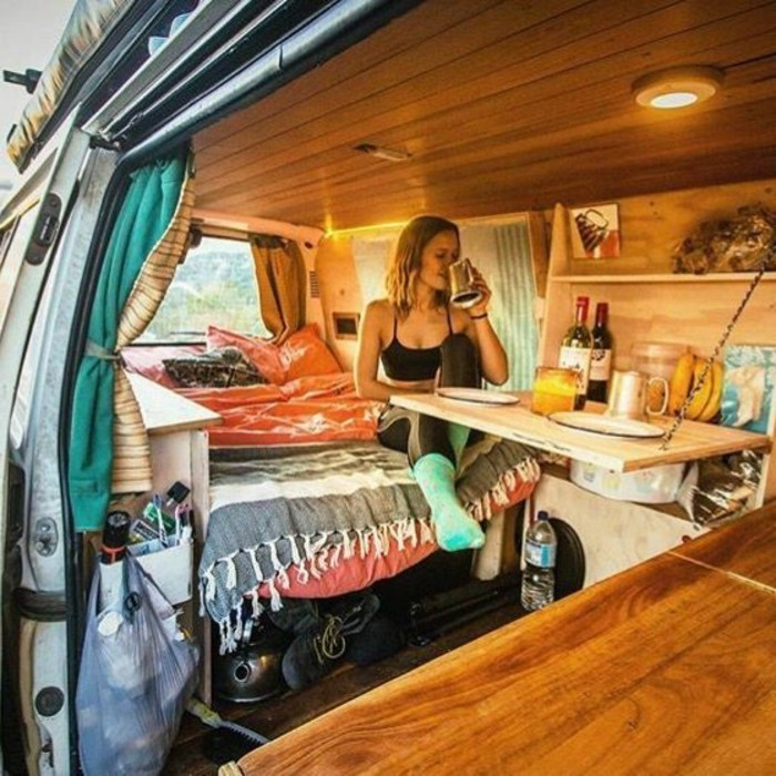 vivre-dans-une-caravane-boire-son-café-dans-une-atmopshère-cozy