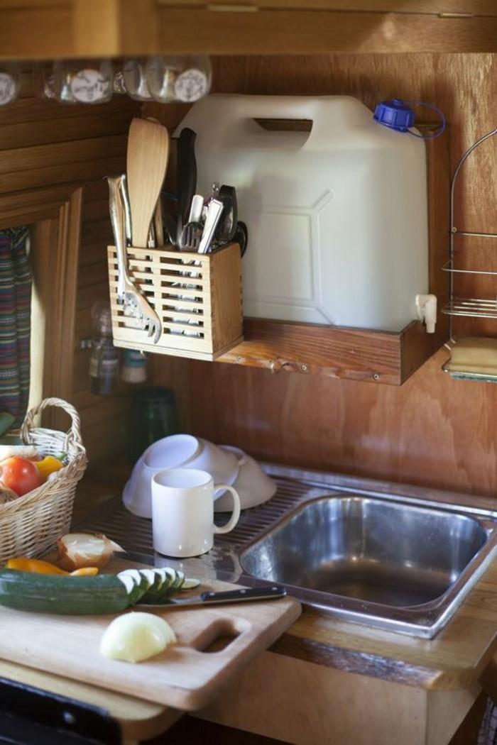 vivre-dans-une-caravane-cuisine-bien-équipée-en-matériaux-naturels