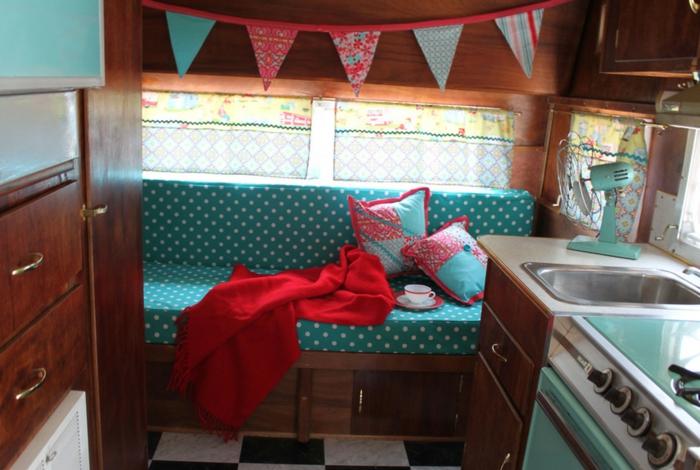 vivre-dans-une-caravane-déco-en-bleu-marine-et-rouge-meubles-en-bois