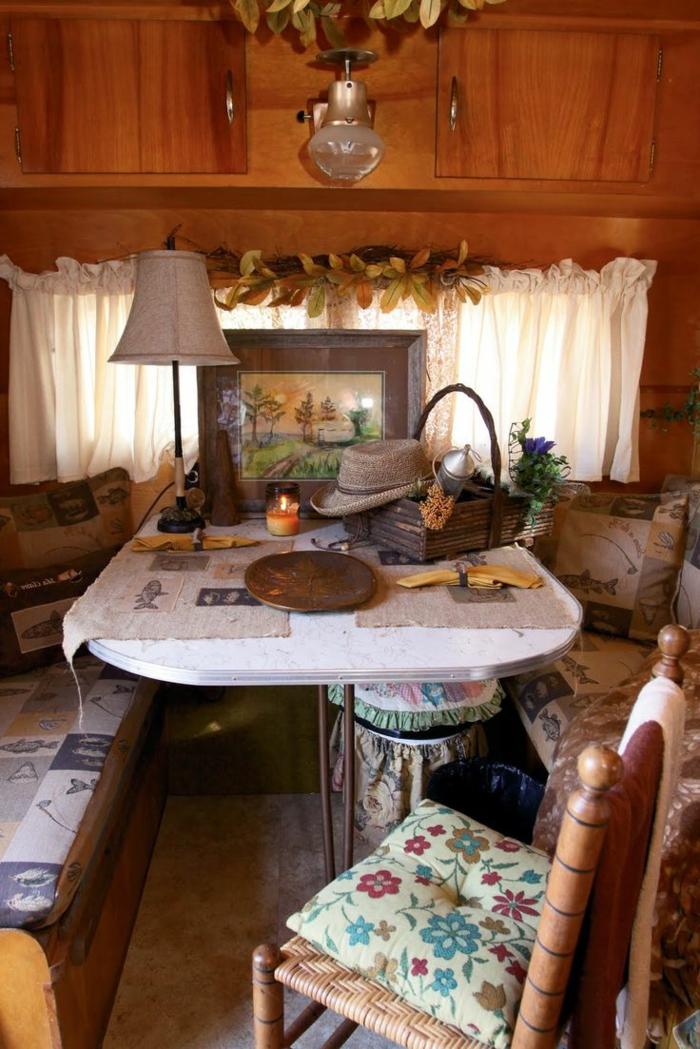 vivre-dans-une-caravane-déco-en-bois-couleurs-chaudes-atmopshère-domicile