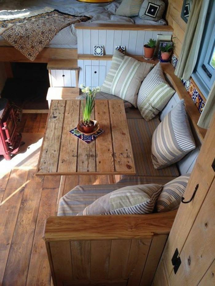 vivre-dans-une-caravane-déco-en-bois-coussins-décoratifs-en-taupe