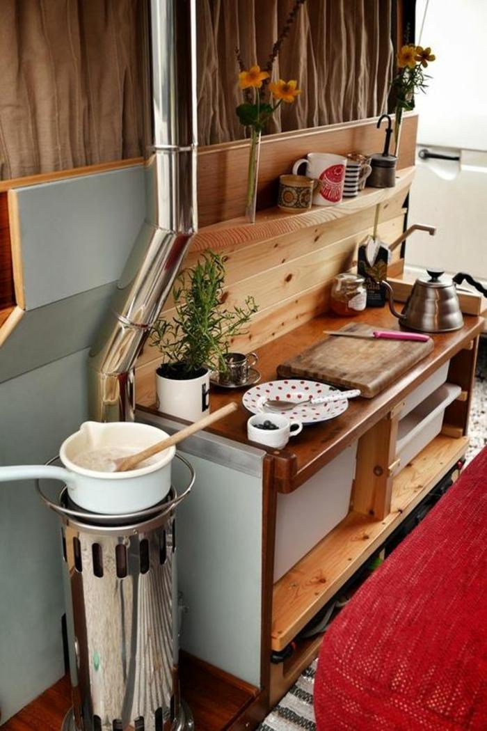 vivre-dans-une-caravane-déco-rustique-en-bois-cuisine-pour-préparer-un-petit-déjeuner-délicieux
