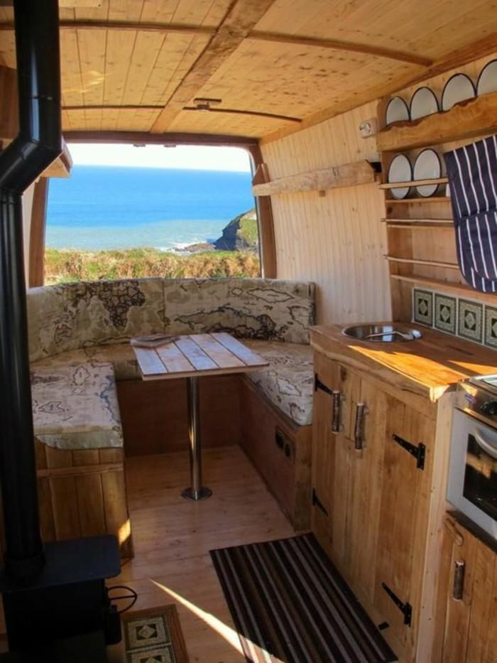 vivre-dans-une-caravane-intérieur-en-matériaux-naturels-coin-de-repos-vue-unique