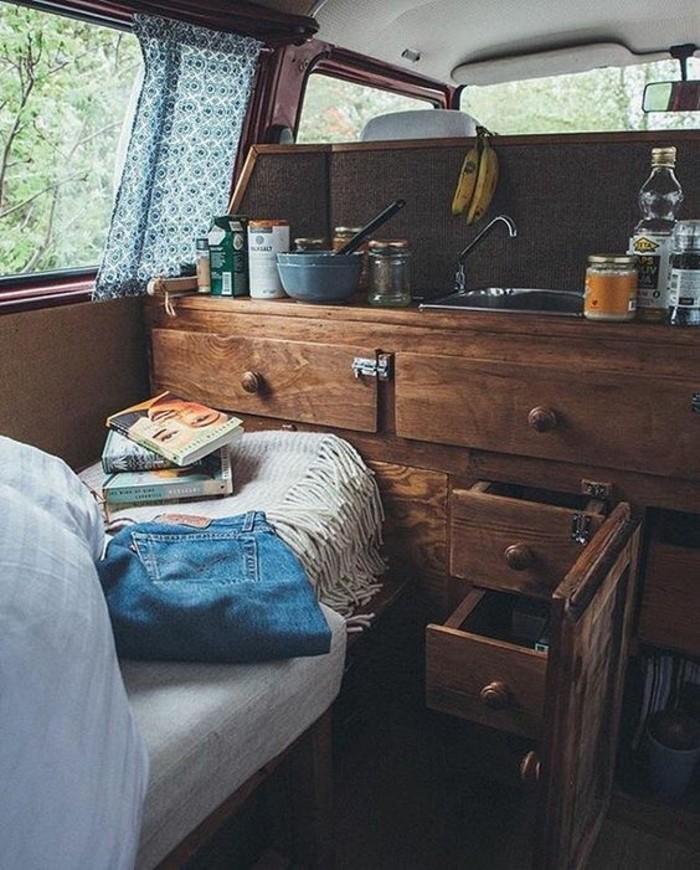 vivre-dans-une-caravane-intérieur-style-bohème-déco-en-bois