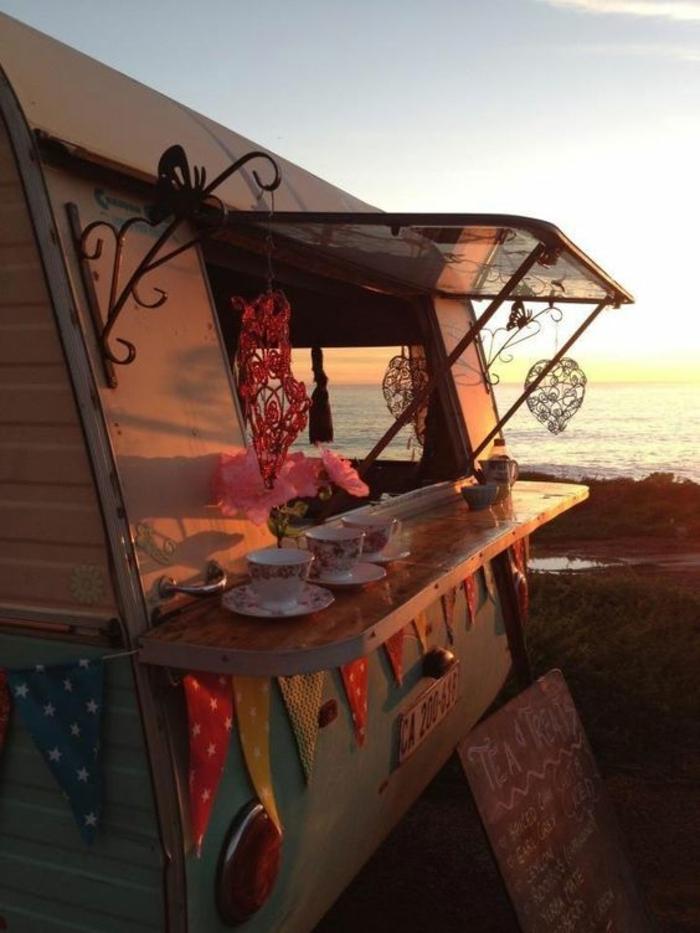 vivre-dans-une-caravane-observer-la-nature-boire-du-thé-en-plein-air