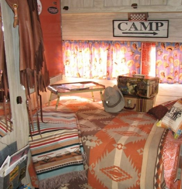 vivre-en-mobil-home-toute-l-année-atmopshère-style-bohème-coffres