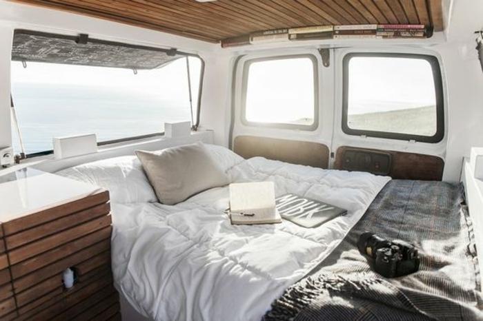 vivre-en-mobil-home-toute-l-année-caravane-bien-aménagé-en-blanc-et-bois-lit-confort-cozy
