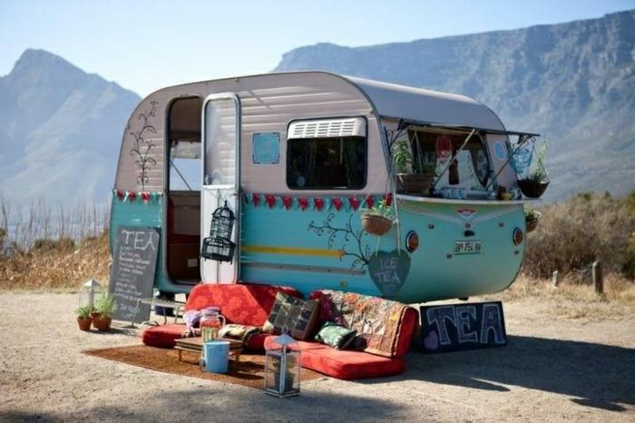vivre-en-mobil-home-toute-l-année-caravane-en-blanc-et-bleu-esprit-boho