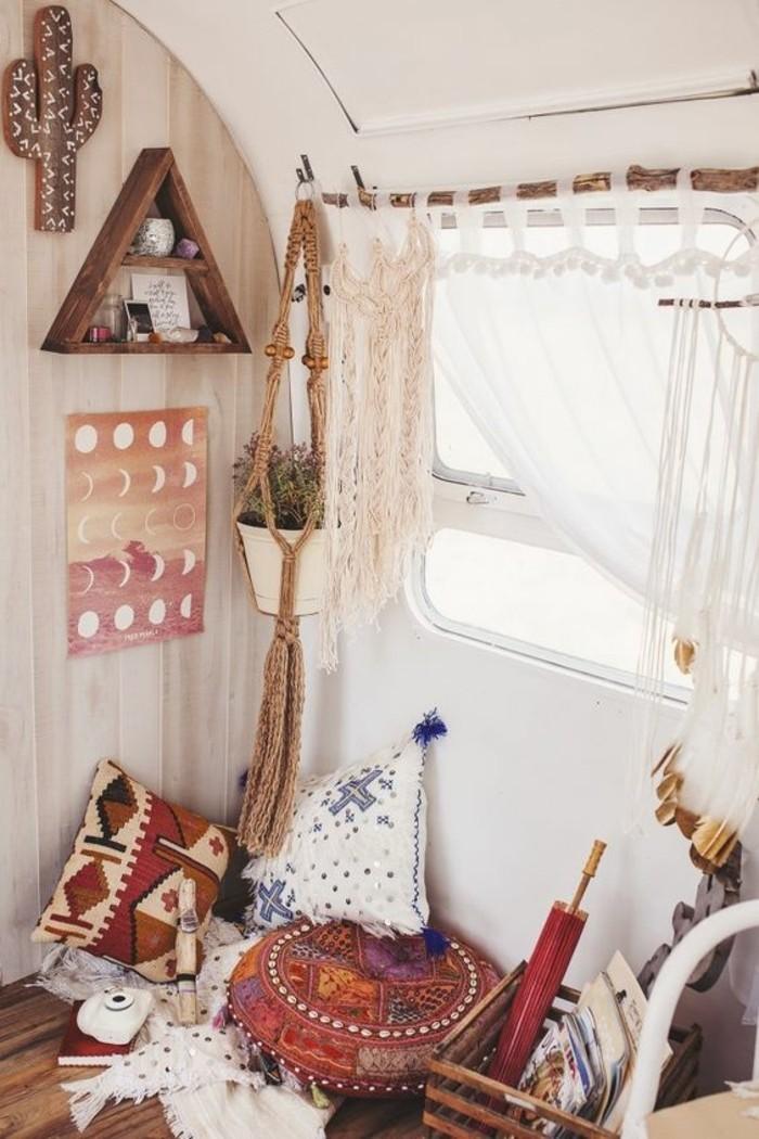 vivre-en-mobil-home-toute-l-année-coin-bohème-pouf-coussins-décoratifs-étagère-triangulaire