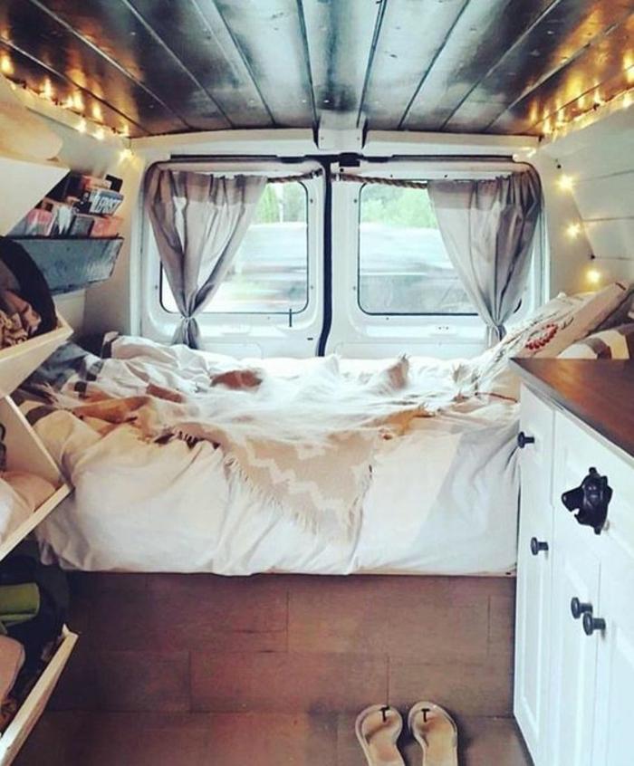 vivre-en-mobil-home-toute-l-année-coin-cozy-avec-une-guirlande-lumineuse