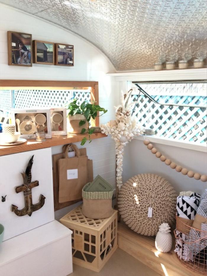 vivre-en-mobil-home-toute-l-année-déco-bohème-en-blanc-matériaux-naturels