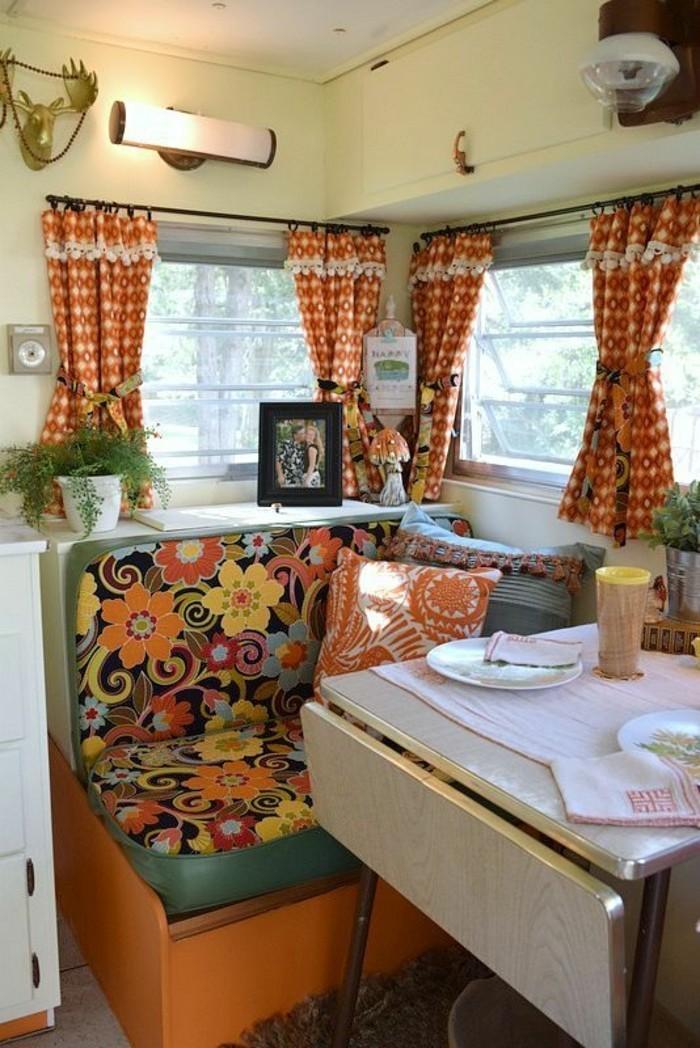 vivre-en-mobil-home-toute-l-année-déco-en-orange-et-motifs-floraux