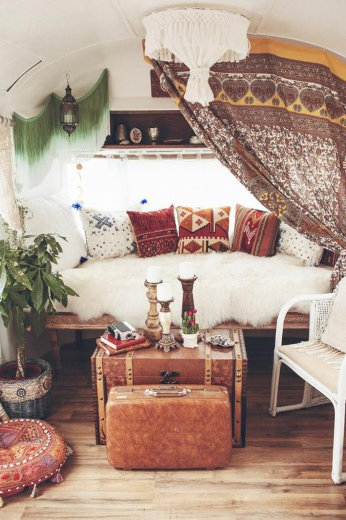 vivre-en-mobil-home-toute-l-année-esprit-boho-coussins-et-rideux-en-motifs-ethniques