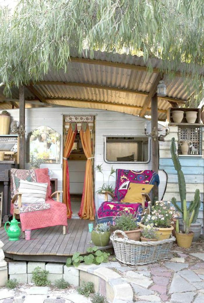 vivre-en-mobil-home-toute-l-année-inspiration-bohème-fauteils-confort-plantes