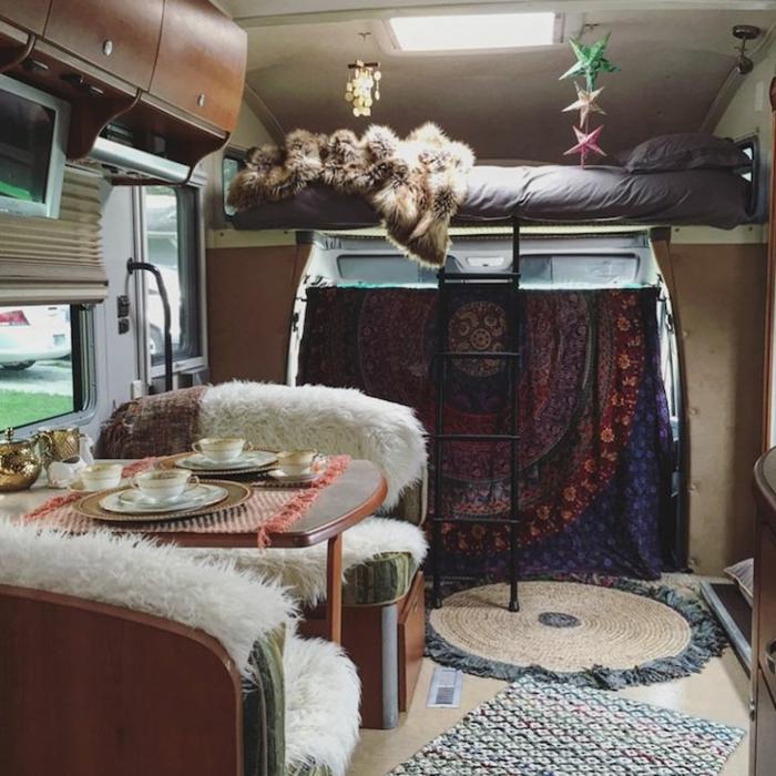 vivre-en-mobil-home-toute-l-année-inspiration-gypsie-boheme-lit-surposé-escalier-couvertures-en-fausse-fourrure