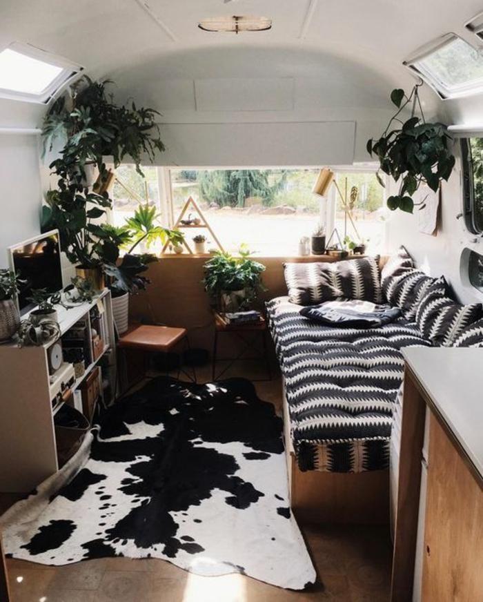vivre-en-mobil-home-toute-l-année-inspiration-nature-motifs-animaux-plantes-mobilier-en-bois