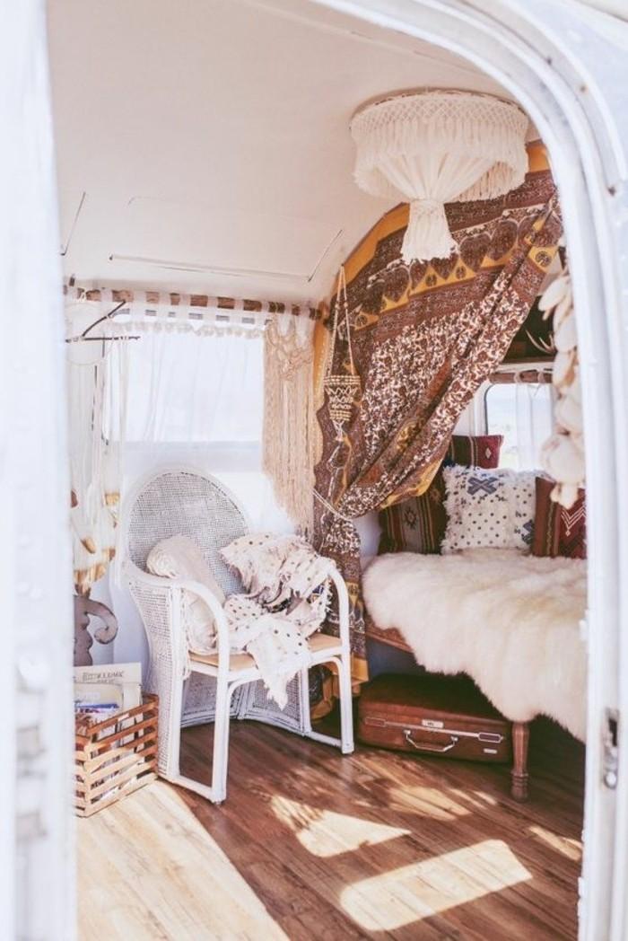 vivre-en-mobil-home-toute-l-année-inspiration-style-bohème-couverture-en-fausse-fourrure