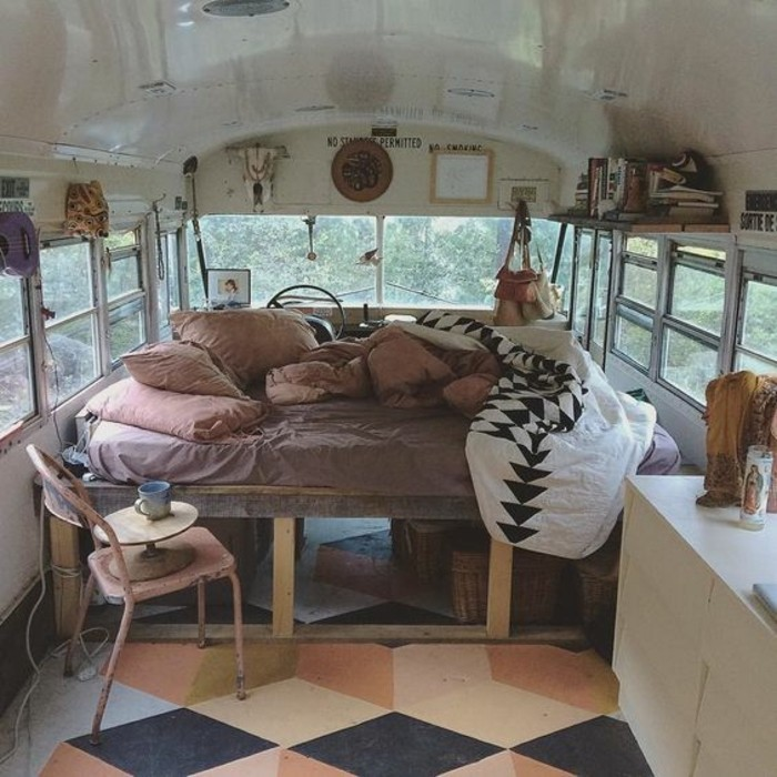 vivre-en-mobil-home-toute-l-année-intérieur-bohème-lit-confort-doux