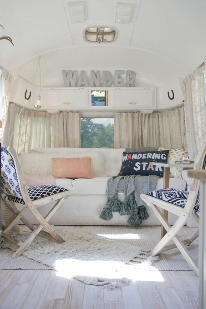 vivre-en-mobil-home-toute-l-année-intérieur-en-blanc-et-taupe-atmopshère-cozy