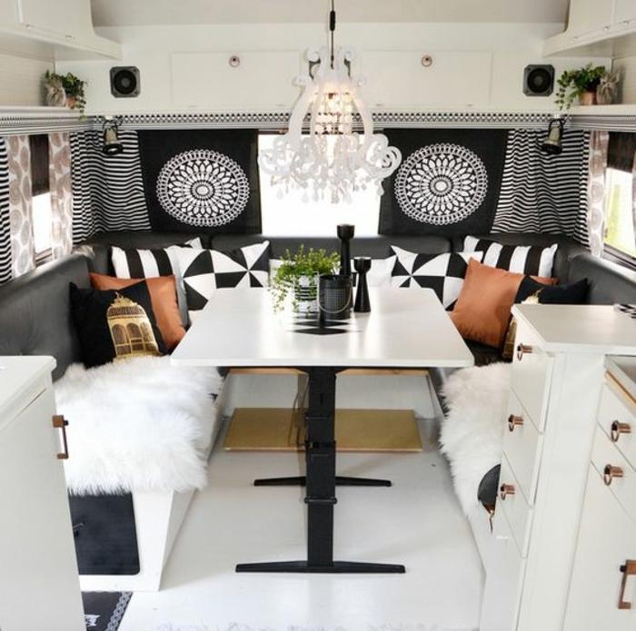 vivre-en-mobil-home-toute-l-année-intérieur-moderne-en-motifs-boho-déco-blanc-et-noir