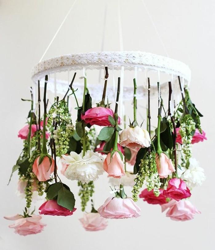 éclairage-suspension-de-fleurs-roses-activité-créative-de-printemps-decoration-florale-maison-ambiance-elegante-naturelle