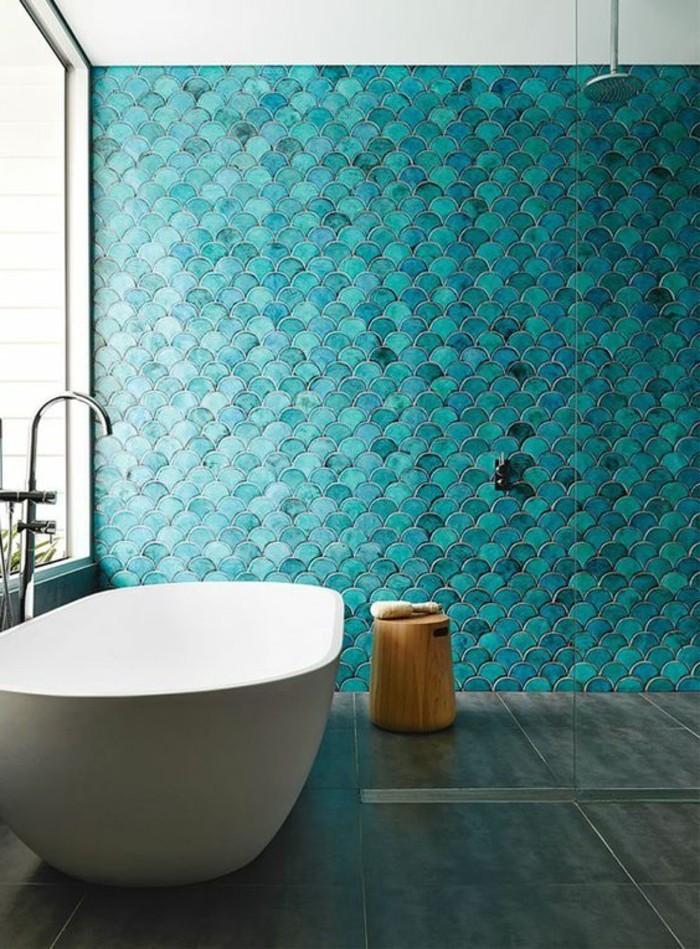 salle-de-bain-turquoise-carrelage-baignoire-miroir-grand-fenetre-plafond-blanc