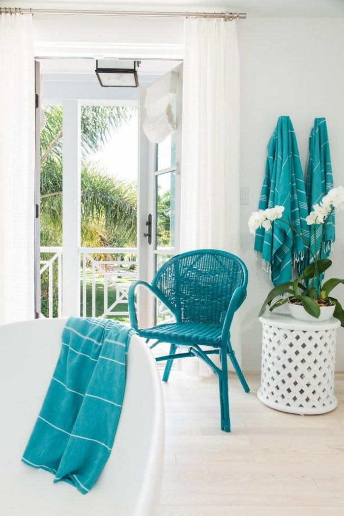 salle-de-bain-turquoise-chaise-serviette-plantes-portes-ouvertes-baignoire