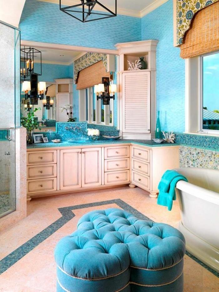 salle-de-bain-turquoise-et-blanc-pouf-grand-miroir-fenetre-stores-bougies