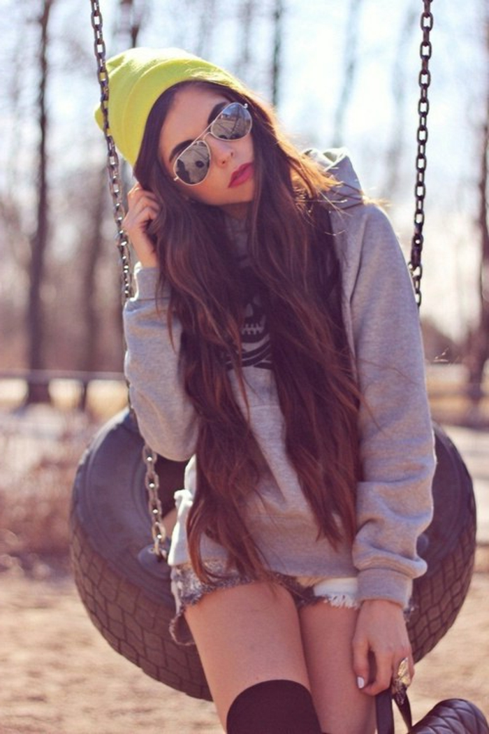 fille swagg, bonnet jaune, sweat gris, chaussons longs et noirs
