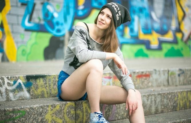 fille swagg, bonnet et blouse gris, paire de short en denim, basket blanc et bleu