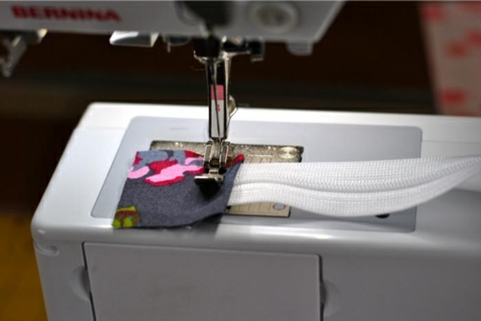 coudre-sur-les-extrémités-du-zip-deux-bandes-de-tissu-tuto-pochette-femme-à-faire-soi-meme-modele-pochette-trousse