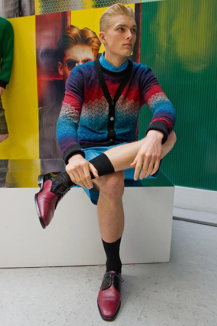 hipster avec chaussettes remontées dans mocassins