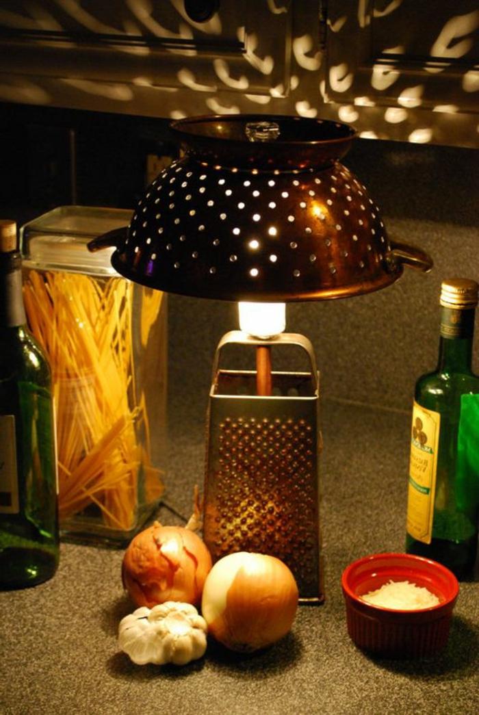 abat-jour diy, luminaire en râpe, passoire et ampoule