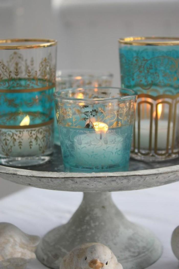 accessoire-salle-de-bain-bougies-allumées-pot-en-verre-motifs-floraux