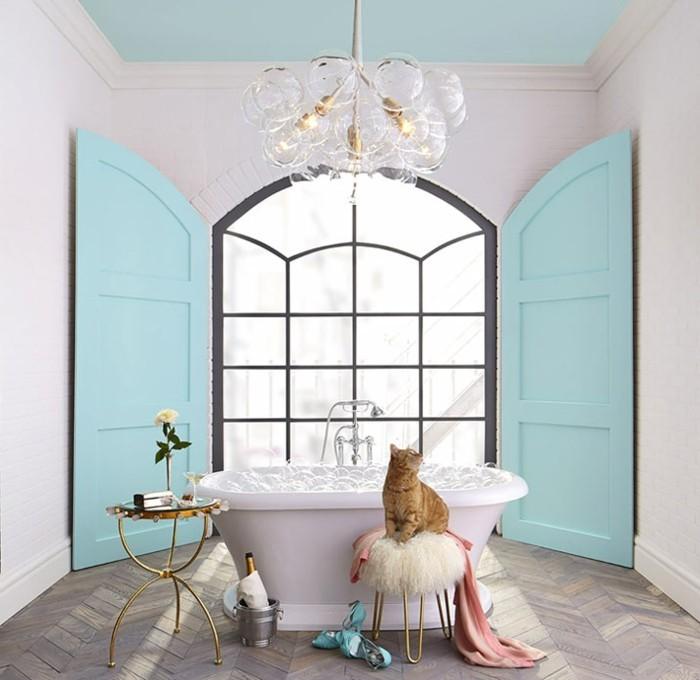 accessoire-salle-de-bain-chat-pouf-table-rond-baignoire-murs-turquoise-et-blanc