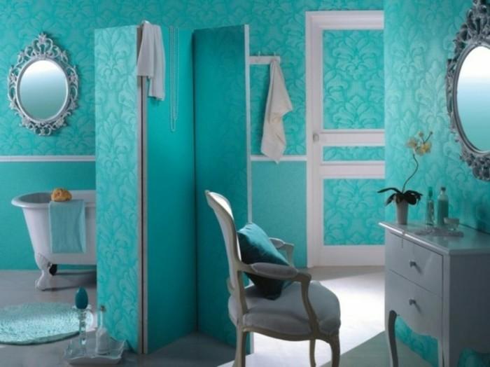 accessoire-salle-de-bain-miroir-vintage-ovale-baignoire-chaise-armoire-tapis-rond