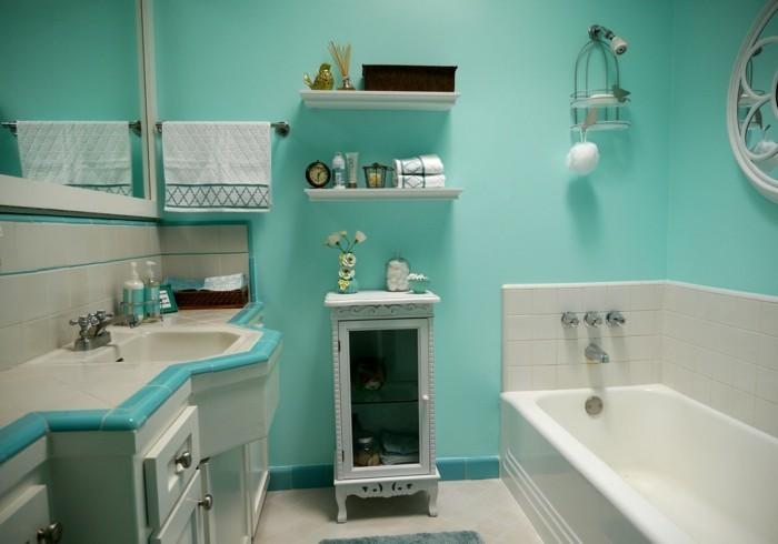 accessoire-salle-de-bain-murs-turquoises-baignoire-lavabo-fleurs-objets-décoratifs