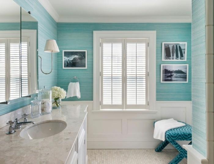 accessoire-salle-de-bain-photo-mer-serviette-blanche-miroir-lampe-lavabo-en-marbre