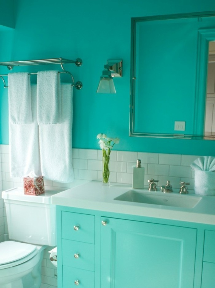 accessoire-salle-de-bain-serviettes-blanches-fleurs-miroir-mobilier-turquoise