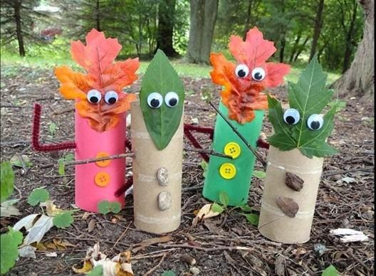 activité manuelle automne maternelle, des rouleaux papier toilette transformés en petits bonhommes, feuilles en guise de visages, boutons