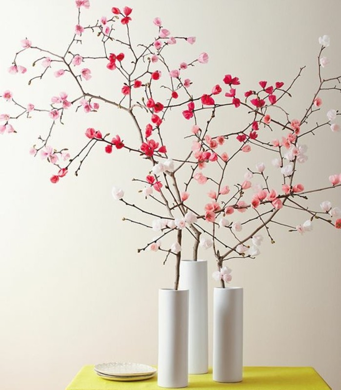 activité-créative-de-printemps-vases-blanches-remplies-de-branches-fleuries-idée-decoration-maison-esprit-printemps