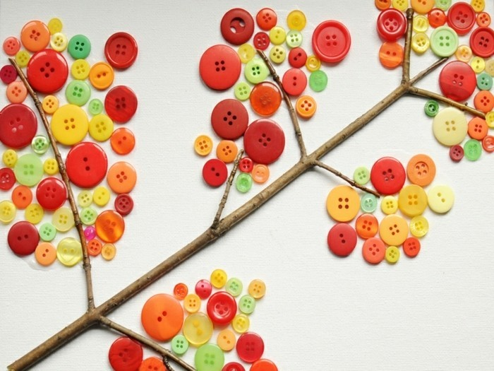 branche d'arbre décoré de boutons, imitation feuilles mortes, activité manuelle automne maternelle, bricolage enfant